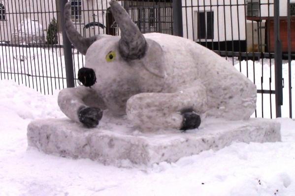 Скульптуры символа года — быка — украсили территории нескольких колоний Самарской области