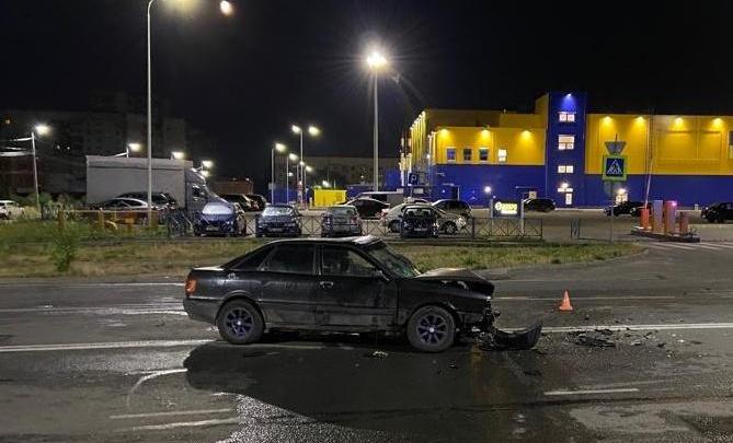 «На скорости не справился с управлением»: три человека пострадали в ночном ДТП с такси в Ярославле