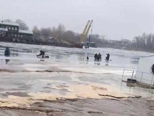 «И что тут можно поймать?»: волгоградец снял на видео текущие в Волгу канализационные стоки