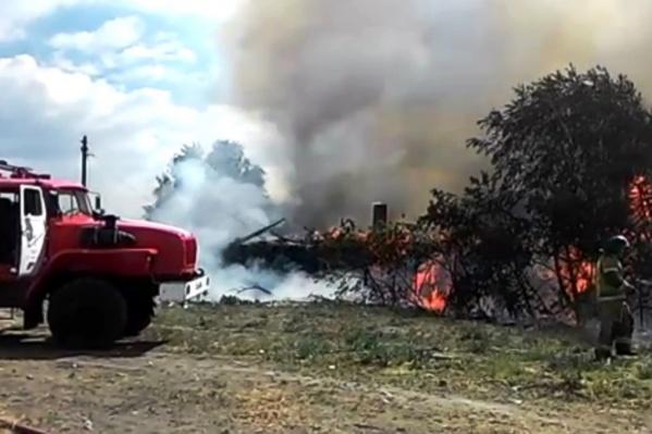 Изначально загорелся лишь один частный дом, но пламя добралось и до второго