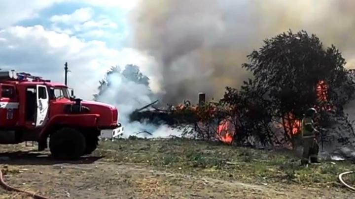 Появилось видео пожара на 19-й Линии: огонь охватил два частных дома