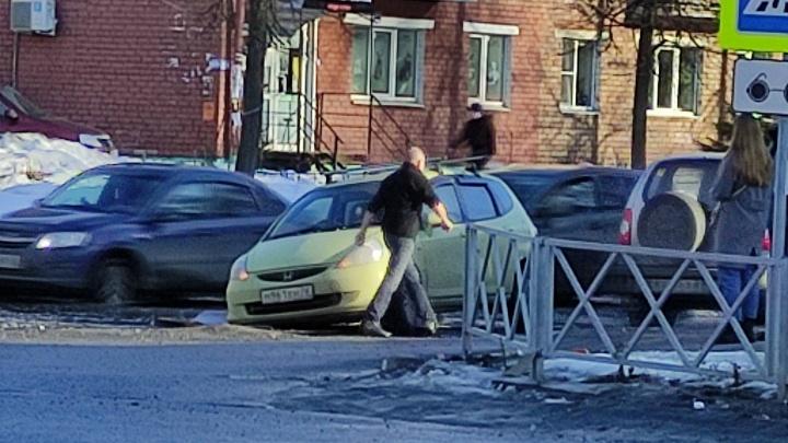 Будьте осторожны: в Ярославле за выходные несколько машин пострадали из-за гигантской ямы