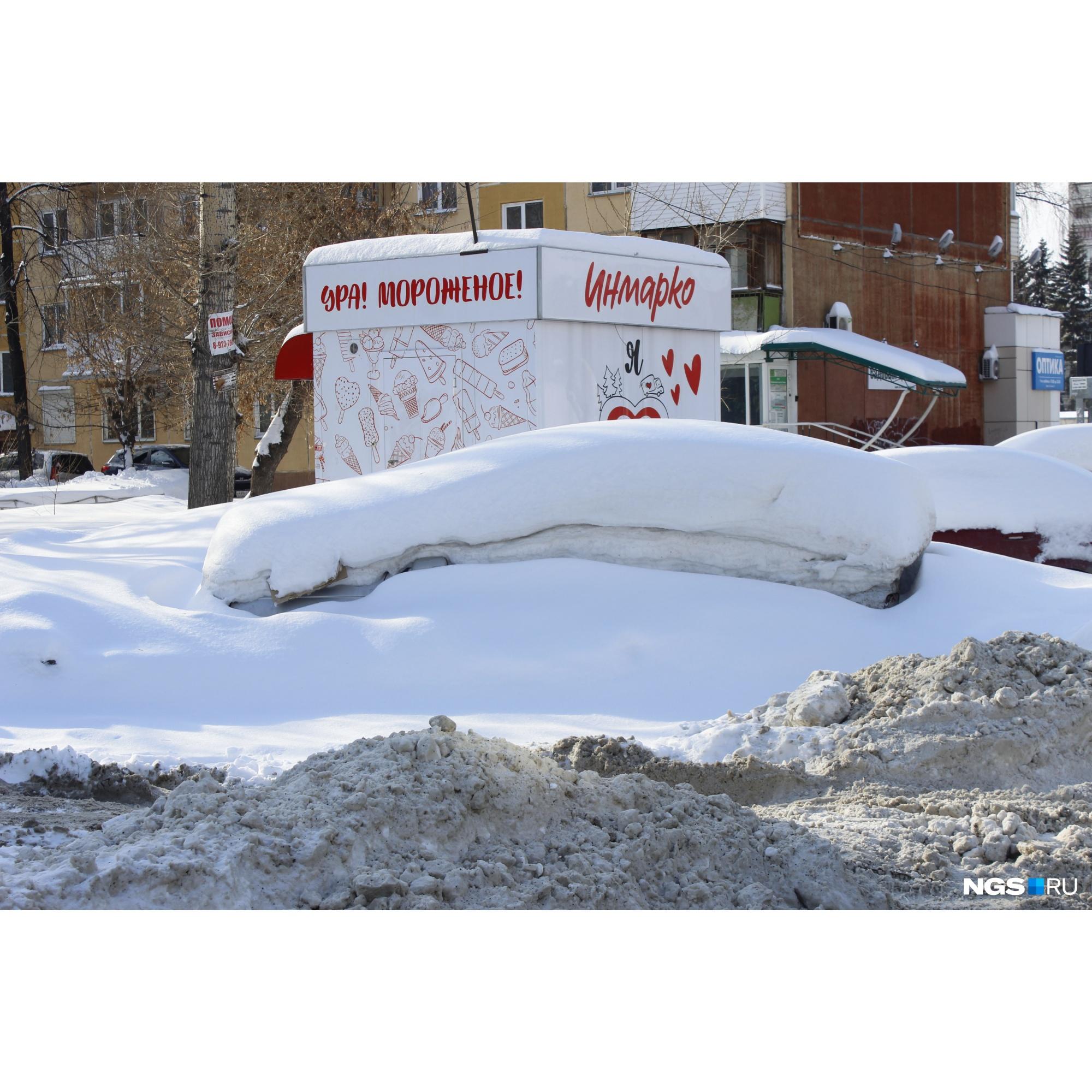 Нечто в парковочном кармане на улице Гоголя, тоже расползается сугробом на соседние парковочные места<br>