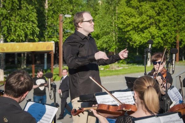 Под управлением главного дирижера симфонического оркестра Станислава Дятлова музыканты исполнят в июне несколько концертных программ