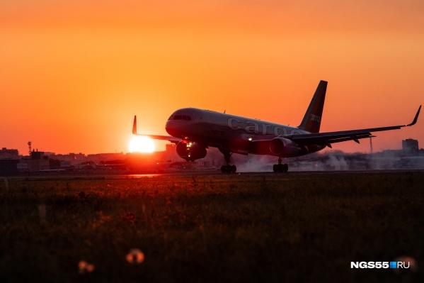 Грузовой самолет садится в рассвет. Что же он привез омичам?