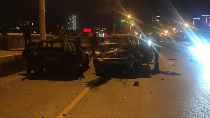 Ночью в Тюмени разбились два авто
