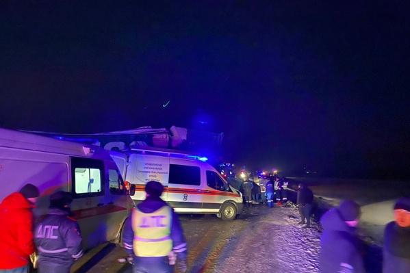 На месте аварии работают спецслужбы и МВД