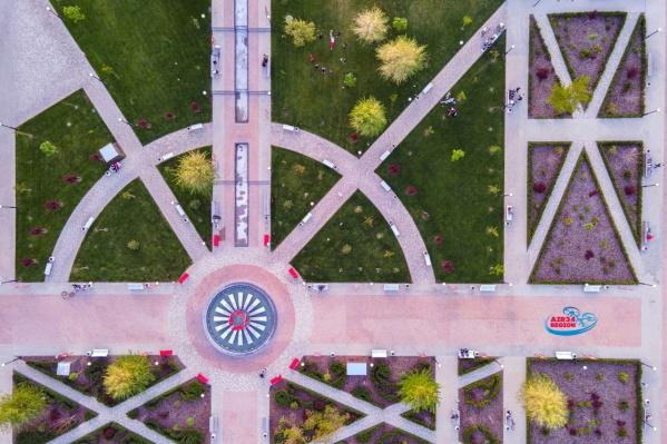 С высоты даже кусты в парке выглядят, как маленькое произведение искусства
