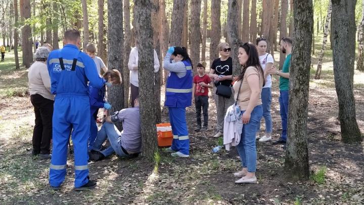 В парке Победы в Уфе едва не умер мужчина, медики откачивали его под деревом