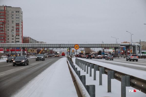Этот перекресток известен длинными фазами светофора: каждый день в час пик здесь образуются серьезные дорожные заторы