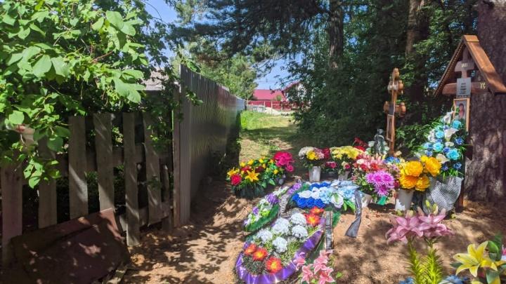 «Не в огороде же людей закапывать». В уральском поселке кладбище захватило землю у жилого дома