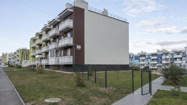 «Маячки лопаются уже в квартирах»: трещины в трехэтажке Волгограда заделали строительным мусором