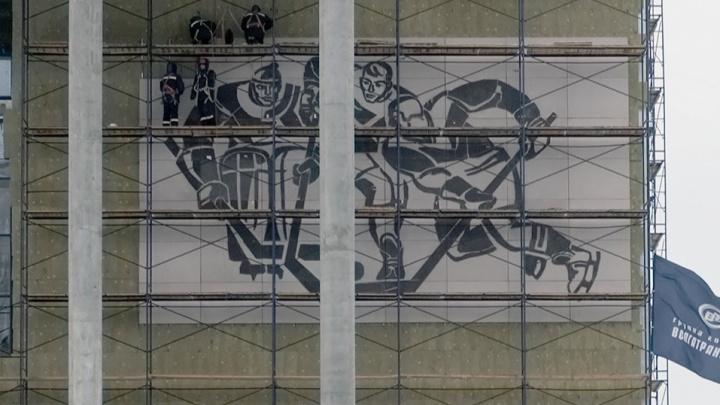 На фасад нового Дворца спорта вернули советское панно с хоккеистами