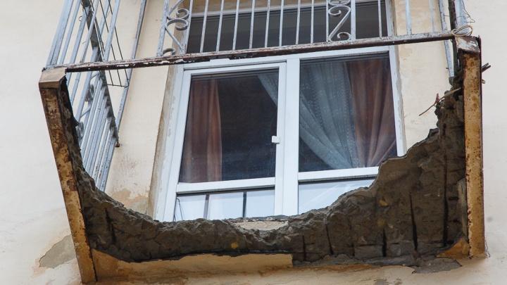 «Ждут, пока и у нас кто-нибудь упадет?»: жители волгоградской пятиэтажки боятся обрушения балконов