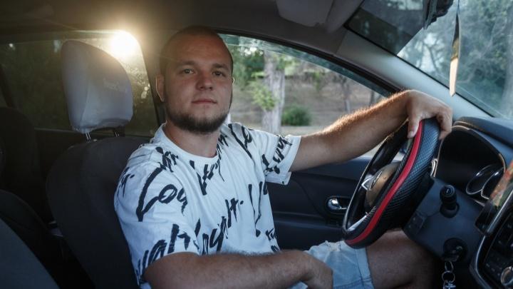 Тыкают по спине с вопросом: «Игнорируешь?»: история самого молчаливого таксиста из Волгограда
