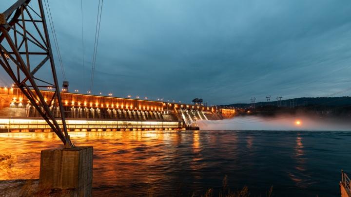 «Это апокалипсис»: красноярец 40 минут разруливал 1,5-километровую пробку у ГЭС из желающих сделать фото