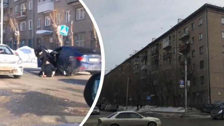 Новосибирские автомобилисты подрались прямо на проезжей части — это попало на видео