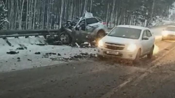 «От головы водителя почти ничего не осталось»: на ЕКАД легковушка столкнулась с тягачом