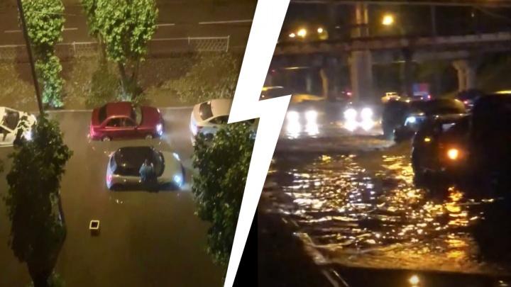 «Ну всё, сушим весла!» Екатеринбург затопило мощным ливнем, утонули десятки машин. Видео