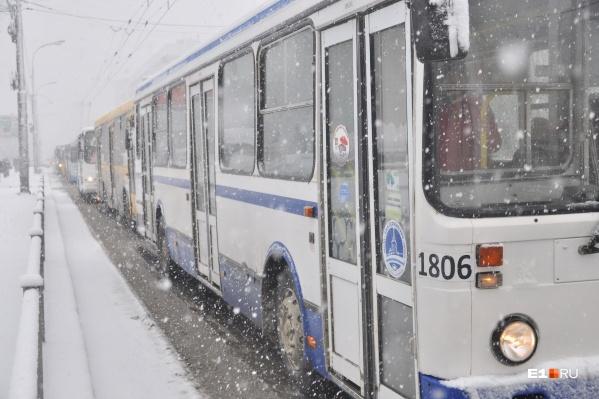 Движение трамваев перекрыли из-за аварии