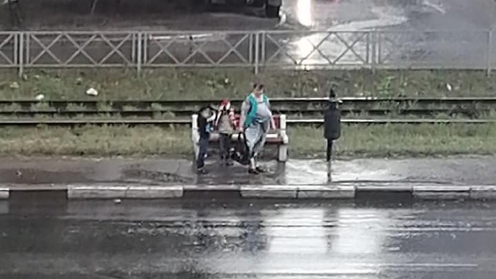 «Не догадались сделать крышу»: в Ярославле вместо новой остановки поставили лавку
