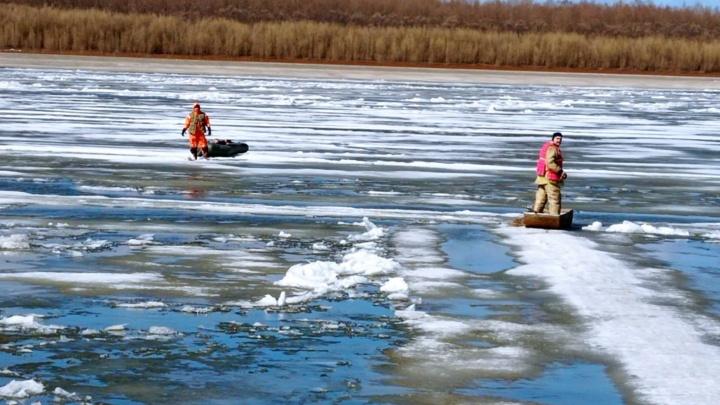 Льдина с 65-летним рыбаком откололась и начала дрейфовать на Иртыше. Мужчину спасли