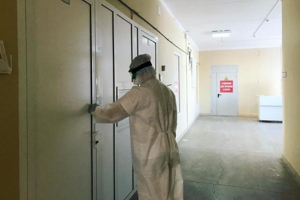 Из красной зоны сотрудников ковидного госпиталя отправили на биржу труда