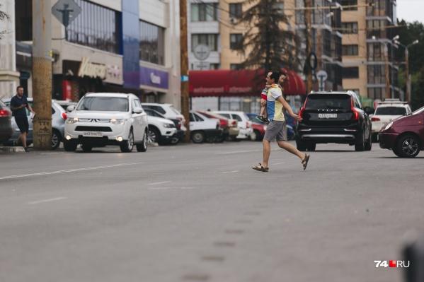 Перебежать проезжую часть пешеходам легче, чем идти до «зебры»