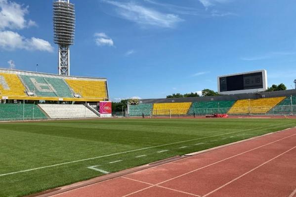 На стадионе есть дорожки для беговых видов спорта