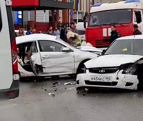 В соцсетях появилось видео с моментом смертельного ДТП в Краснодаре, где погибли три девушки