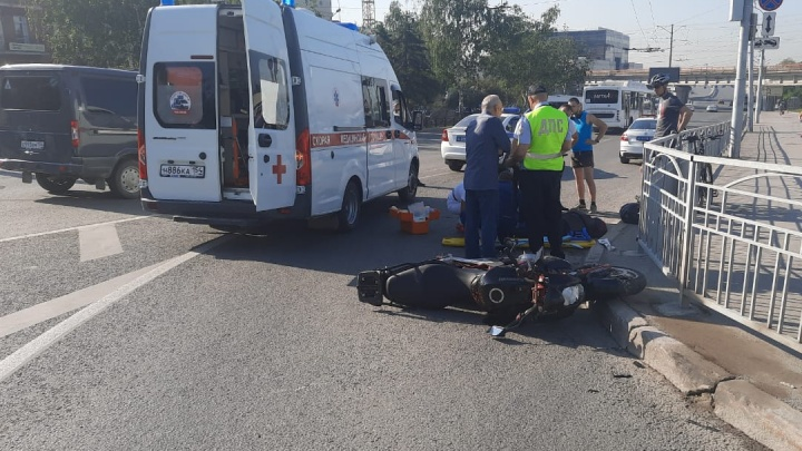 Появилось видео столкновения мотоцикла с «Мерседесом» на Красном проспекте