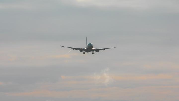 Пассажир красноярского боинга упал в обморок при взлете. Самолет вернулся в аэропорт