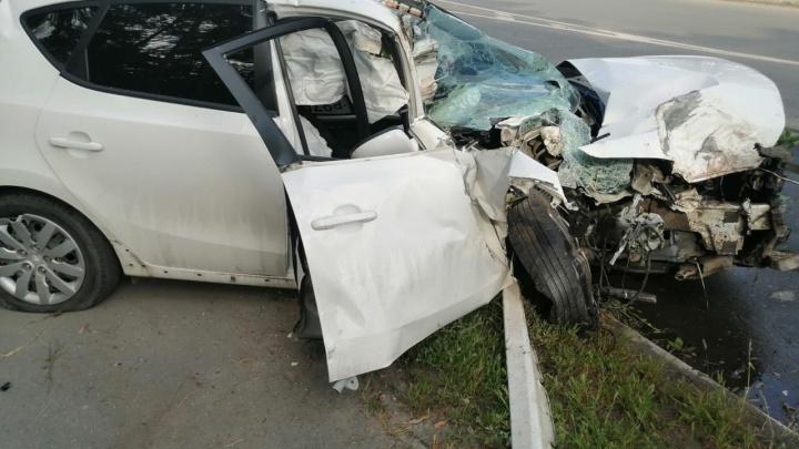 «Женщине стало плохо за рулем»: в Сызрани иномарка протаранила «Ларгус», столб и дерево