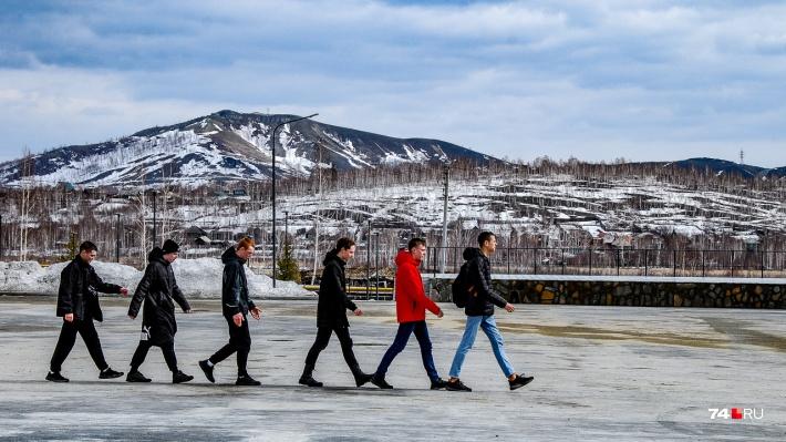 В другую сторону — вид на лысоватые горы Карабаша, которые тоже в планах ребят. Позируя для кадра, ребята запели марш Губки Боба — это было очень забавно