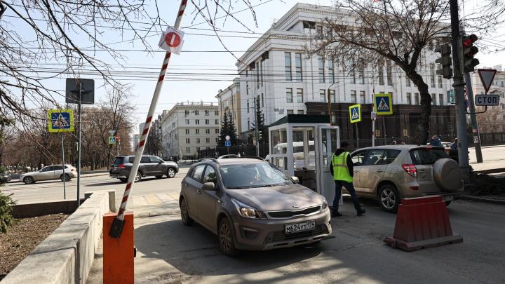 В Челябинске под окнами резиденции губернатора ИП собирает деньги за парковку на городской земле