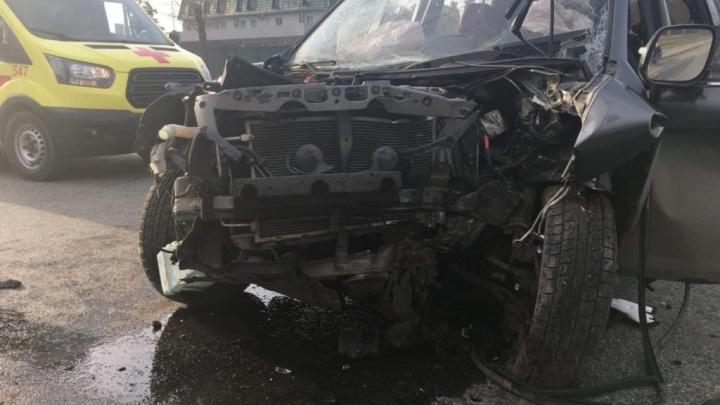 В центре Челябинска водитель иномарки погиб, врезавшись в столб