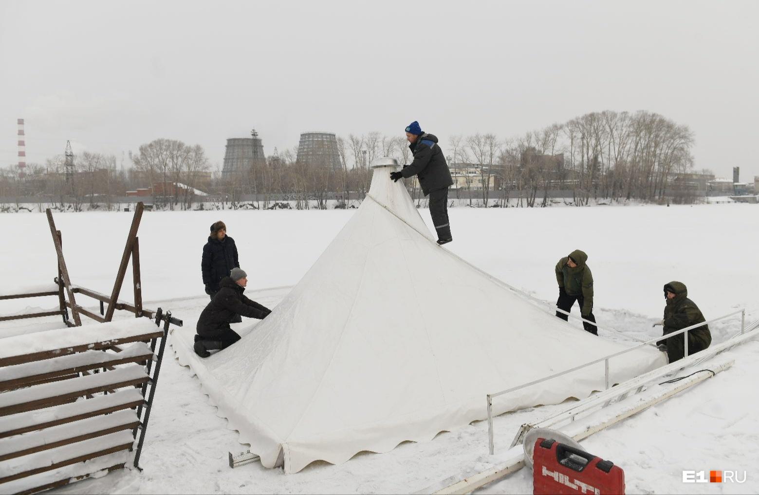 У прорубей обустроили теплые палатки