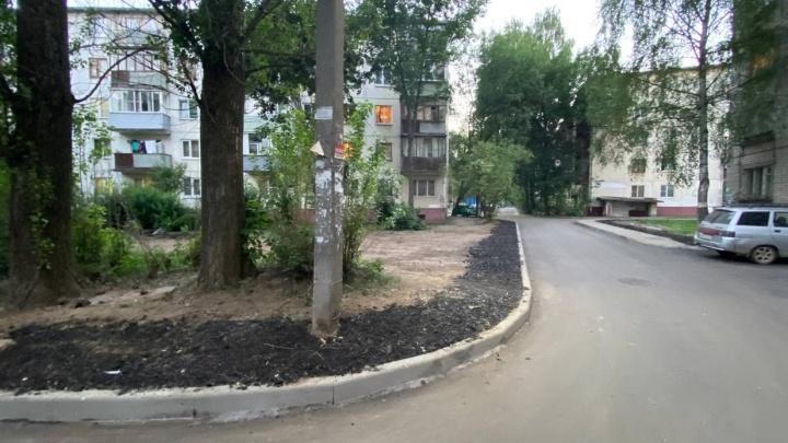 «Навалили опасных отходов»: в Ярославле жителей многоэтажек возмутило благоустройство двора. Видео