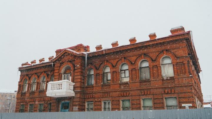 Сеть стоматологий 2 года назад выкупила у Омской области здание-памятник. Чиновники отсудили его обратно