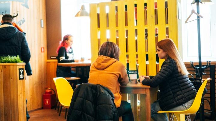 «Это какое-то издевательство»: что думают омские рестораторы об идее ввести QR-коды?