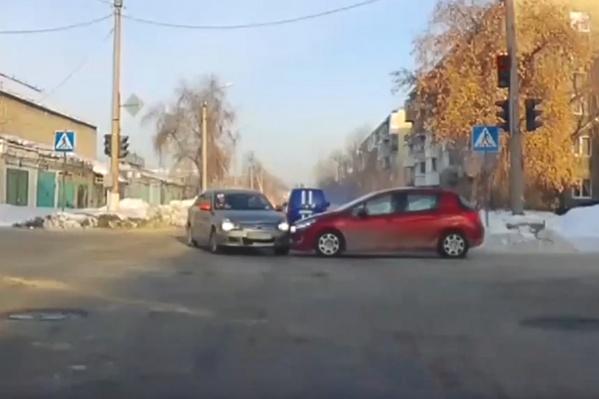 Момент столкновения такси и красного «Пежо»