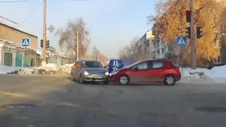 Хитроумный перекресток в Новосибирске, где можно поехать на свой зеленый, подставиться и стать виновником ДТП (смотрим видео)