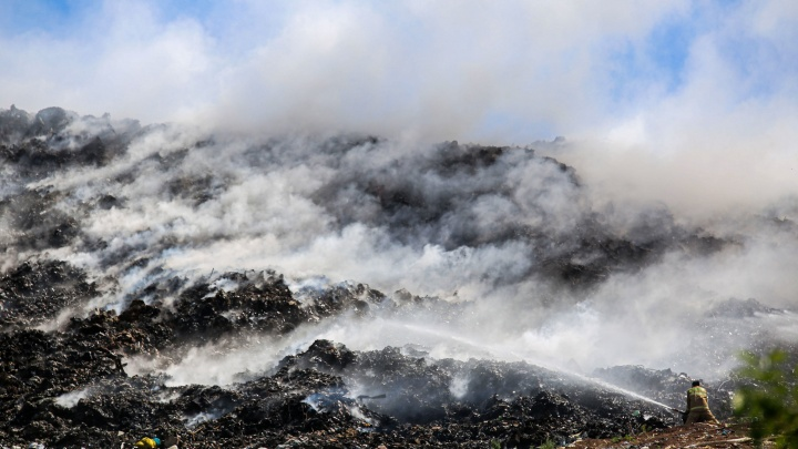 Специалисты проверят состояние воздуха после пожара на мусорном полигоне под Уфой
