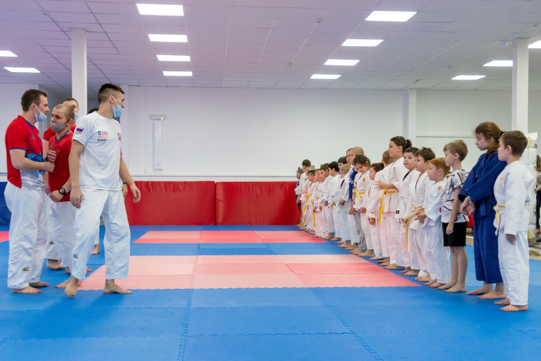 По выходным в школе проходит «Семейное дзюдо» — совместные тренировки для родителей и детей