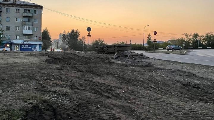 В Каменске-Уральском ликвидировали подходы к перекрестку, на котором сбили бабушку и внучку. Урбанист объяснил, почему это не поможет