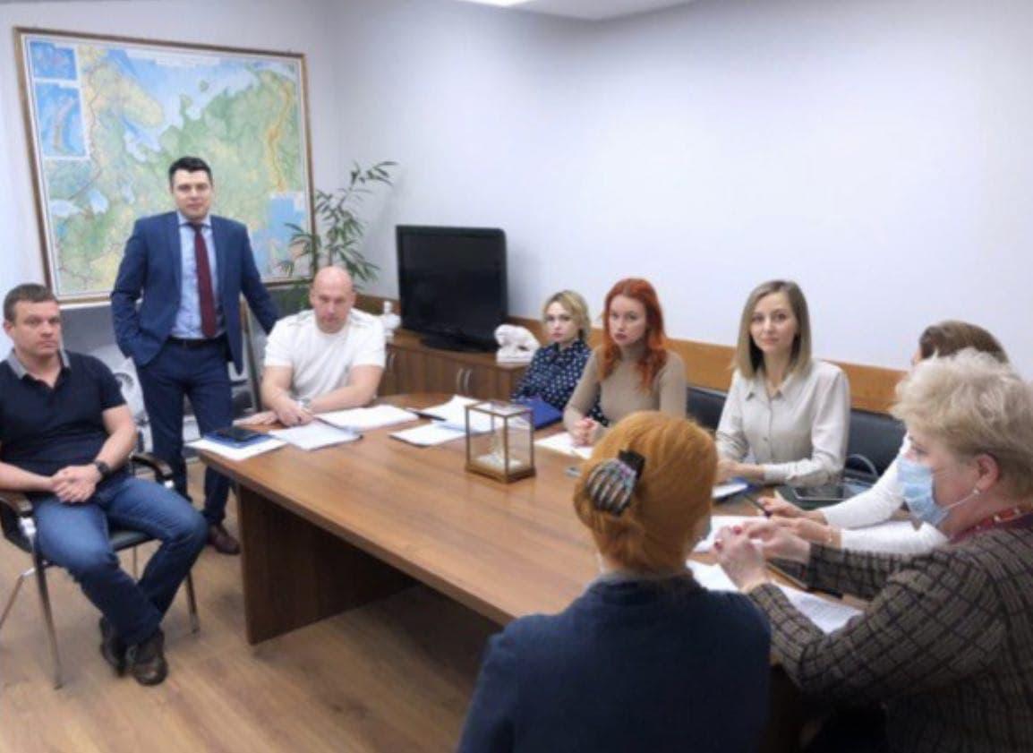в центре — Беляев, вторая справа — Мария Наседкина