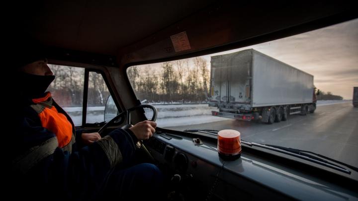 Рядом с Новосибирской областью перекрыли федеральную трассу из-за погоды— на дорогу не пускают автобусы
