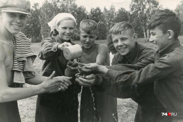 Присмотритесь к выражениям лиц. Эти широкие улыбки у учеников 9 «А» класса кременкульской школы появились после работы в поле. 1956 год
