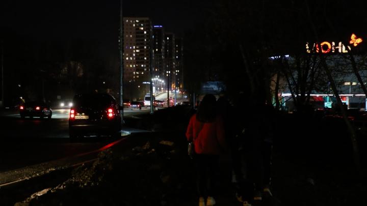 Улица без фонарей: Комсомольскую обещают вот-вот сдать, но на нее даже не провели свет
