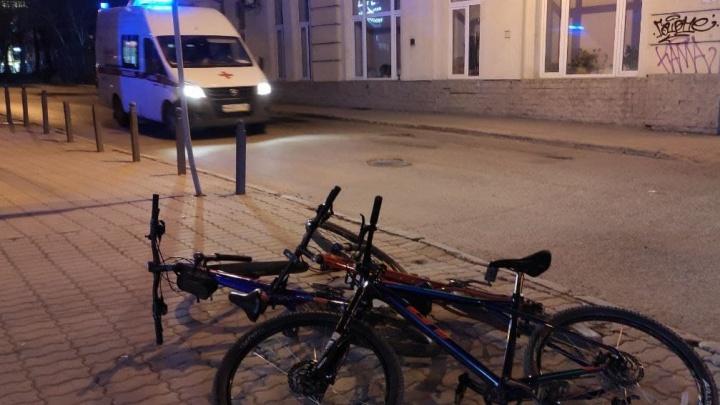 В центре Екатеринбурга пострадала велосипедистка. На место выезжала скорая